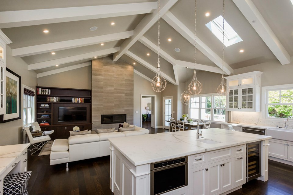 extraordinary kitchen/family room with vaulted ceilings